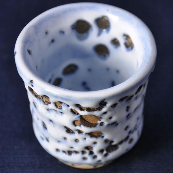 乳濁釉虫喰い湯のみ