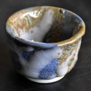 【ぐい呑み】土蒼景色 着物の重ね合わせのイメージの陶芸作品