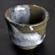 ぐい呑み 紬紋釉 重厚なぐい呑み カイラギと釉薬 陶器の美しさ