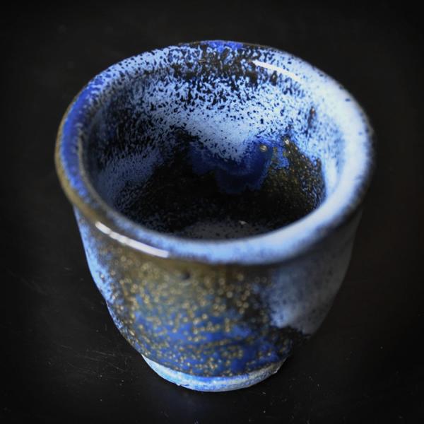 ぐい呑み 「青波」 虫食い と青の釉薬