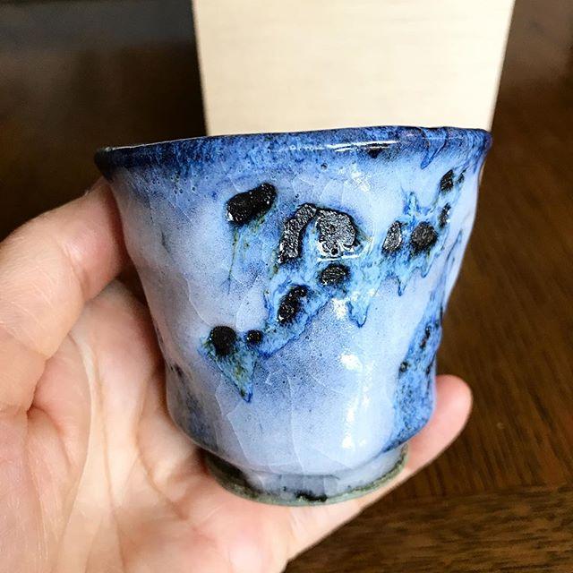 ぐい呑み青色と白色の融合。勢いがあります。#keizohagihara #guinomi - from Instagram