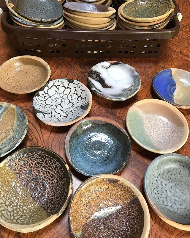 啓蔵が、釉薬の確認のために作ったサンプル皿。ひとつひとつ魅力的。 - from Instagram